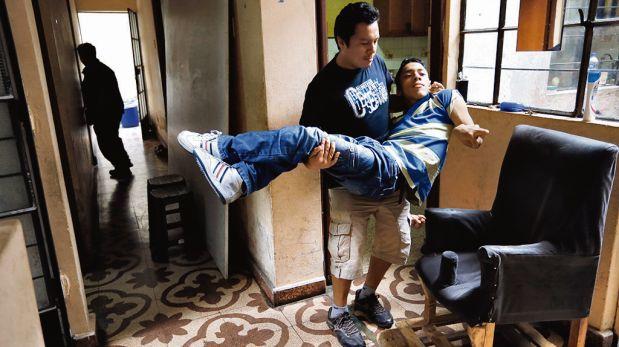 Los hermanos de Javier se turnan para llevarlo a diario hasta la universidad. (Rolly Reyna / El Comercio).