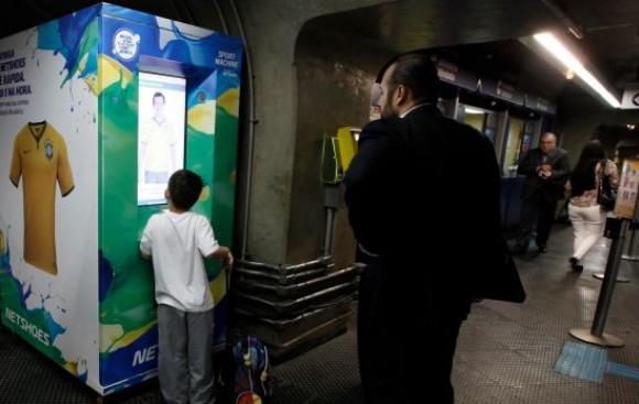 Netshoes pone máquinas expendedoras en el metro de Brasil que venderán la camiseta Nike de la Selección