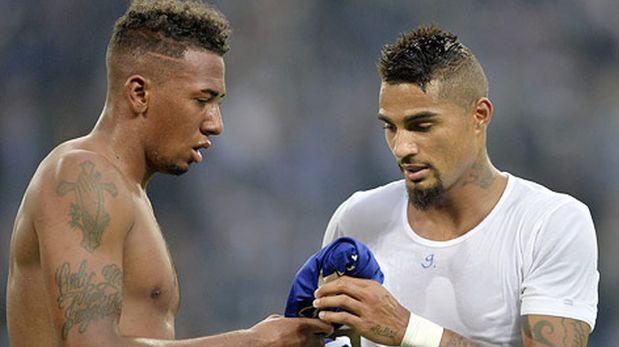 Kevin-Prince y su hermano Jerome juegan en diferentes selecciones. Acá, cambiando camisetas después de un partido de Bundesliga. (Foto: AP)