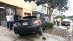 Dos heridos y un poste inclinado deja un choque en Lince - Noticias de rompemuelles