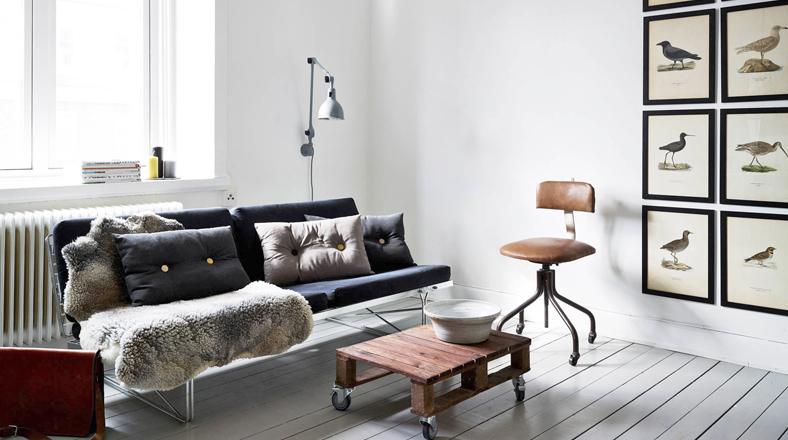 Sala en Estocolmo (Suecia). El piso es de madera pintada en gris blanco. Destaca una silla de escritorio de 1930. De Karl M. Bengtson. (Foto: De Karl M. Bengtson.)