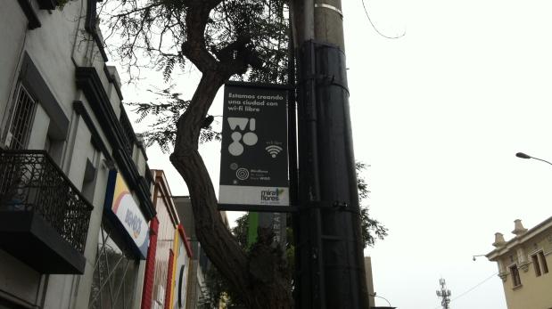 Estas señales indican las zonas de Miraflores en las que puede acceder al servicio de Wi Fi gratuito. (Foto: Bruno Ortiz / El Comercio)