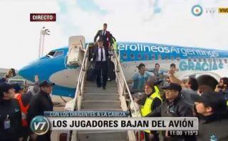 Selección argentina llegó entre aplausos a Buenos Aires
