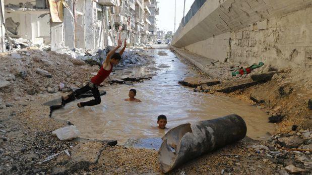 Siria ni os olvidan la guerra en piscinas hechas por for Piscina el guerra