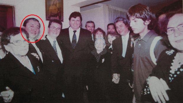 El juez Jesús Manuel (círculo rojo), y sus hermanos, junto al líder aprista Alan García. (Foto: