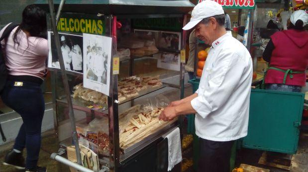 Las melcochas de Fidel Estrella son muy conocidas en el Centro de Lima. Mucha gente lo viene a buscar al Jr. Paruro para comer sus ricos dulces. (Foto: Luis Silva Nole / El Comercio)