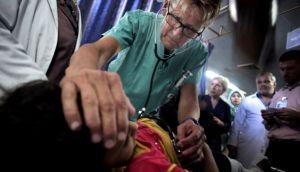 """Médico noruego: """"Obama, le invito a pasar una noche en Gaza"""""""