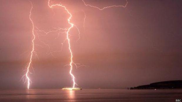 ¿Qué ocurre cuando un rayo cae en el mar?