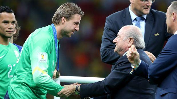Tim Krul recibe de Sepp Blatter la medalla del 3er puesto del mundial (Foto: Getty Images)