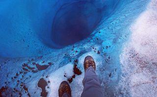 Viajero se toma 'mortal' fotografía en abismo de 300 metros