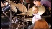 Niño de 3 años es sensación en Rusia tocando la batería [VIDEO]