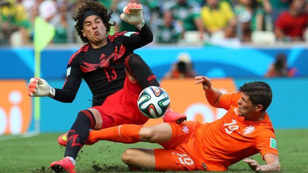 Guillermo Ochoa durante el partido de su eliminación frente a Holanda (Foto: Getty Images)