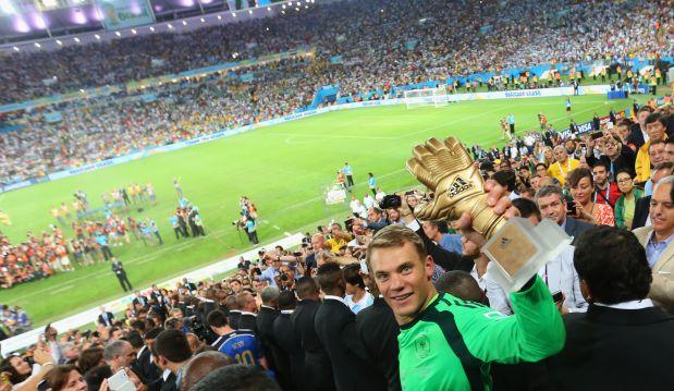 Manuel Neuer recoge el trofeo al mejor arquero del Mundial (Foto: Getty Images)