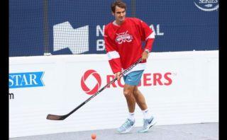 Mira cómo se divierte Roger Federer jugando al hockey