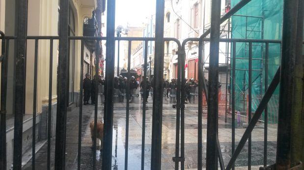Policías y médicos se enfrentan en marcha por el centro de Lima