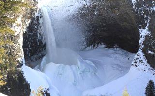 Este 'volcán' de hielo se forma anualmente en cascada de Canadá