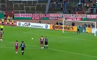 No es infalible: Lewandowski remató débil y erró este penal