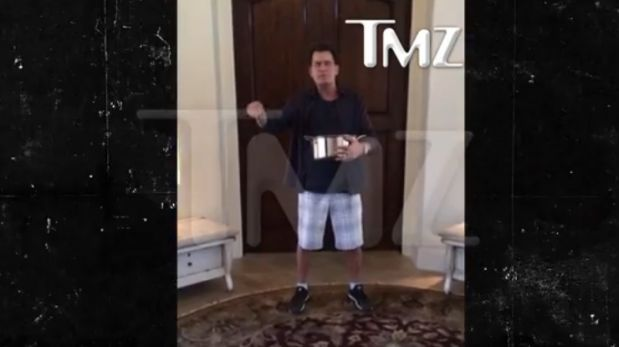 "Charlie Sheen retó a ""Two and a Half Men"" y se bañó en…"