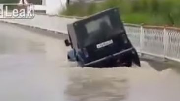 VIDEO: Esta 4x4 se inunda totalmente