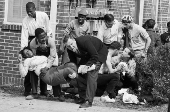 EE.UU.: los negros no están seguros ni orando en Iglesia