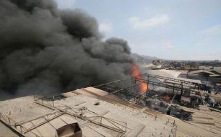 Incendio consume fábrica de calzado en Ate