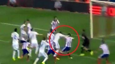 Cristiano Ronaldo tiró manazo a Godín y solo recibió amarilla