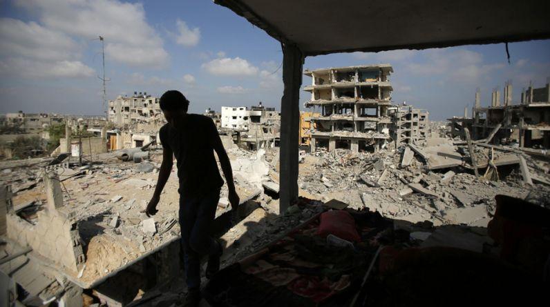 Los gazatíes emprendieron hoy las labores de reconstrucción de la Franja con una mezcla de alivio, temor y sobre todo incredulidad y resignación tras 50 días de intensos e incesantes bombardeos israelíes que han ahondado aún más su ya crónica crisis humanitaria. (Reuters)