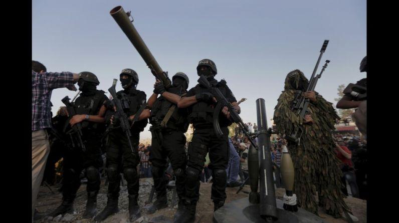 Decenas de militantes del grupo islamista palestino Hamas se desplazaron armados por las calles de la devastada Gaza, un día después de que entrara en vigencia un alto el fuego prolongado con Israel. (Foto: AP).