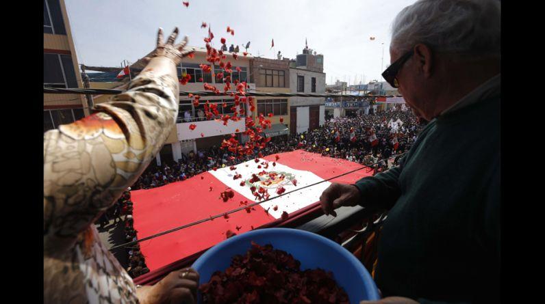 Desde los balcones de la Av. San Martín , los tacneños celebraron el paso de la enorme bandera lanzándole buganvillas, vivas y aplauzos.(Foto: Dante Piaggio/El Comercio)