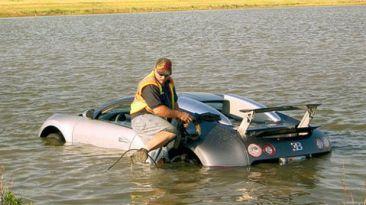 VIDEO: Sumerge Bugatti Veyron a un lago para cobrar el seguro