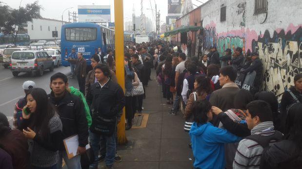 Los usuarios tuvieron que esperar 20 minutos para abordar los buses (Foto: Ana Briceño / El Comercio)