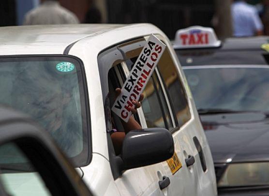 Taxis colectivos invaden Corredor Azul ante retiro de cústeres