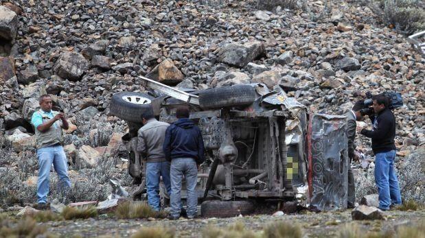 Dos mujeres fallecieron tras vuelco de minivan en Puno