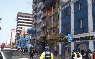 Incendio consumió departamento de un edificio del Cercado