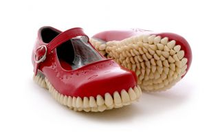 Mira estas extrañas esculturas creadas con dientes artificiales