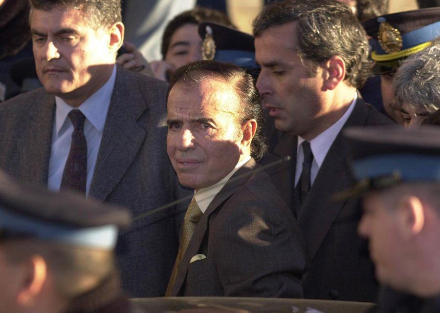 Carlos Menem llega a la corte de Buenos Aires para ser inquirido por tráfico de armas en el 2001. (Foto: AP)