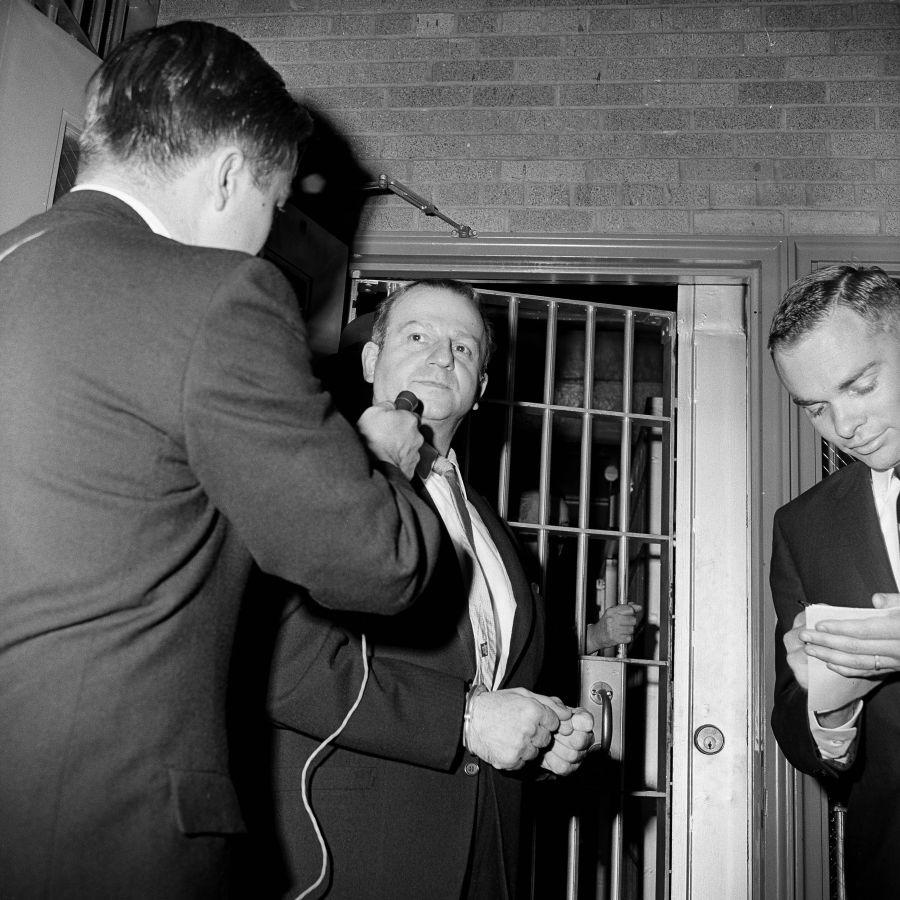 Ruby habla con un reportero después de haber pasado un examen psiquiátrico en 1964. (Foto: AP)