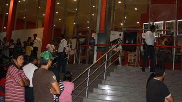 Delincuentes detonaron una granada en puerta de moderno cine