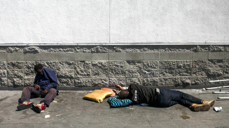 A unos pocos kilómetros del glamour y la opulencia de barrios como Beverly Hills o Bel Air se encuentra Skid Row, un área de la ciudad de Los Ángeles que cuenta con la mayor concentración de indigentes de todo Estados Unidos. (Todas las imágenes son cortesía del fotógrafo Leo Ramírez - http://www.leoramirezphoto.com)