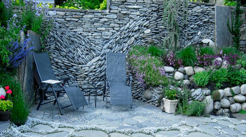 Elegancia de piedra mira estas paredes convertidas en for Decoracion de paredes exteriores