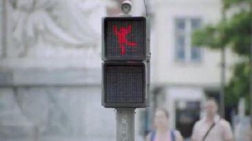 VIDEO: ¿Ya viste al semáforo que 'baila'?