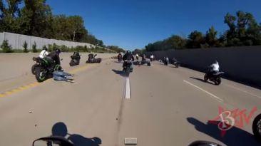VIDEO: Hace caballito en su moto y logra un accidente