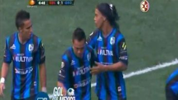 Ronaldinho anotó su primer gol en México y celebró con samba