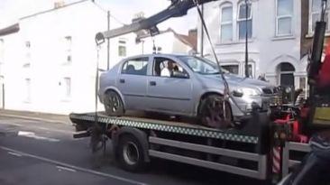 VIDEO: Baja su auto de la grúa en retroceso