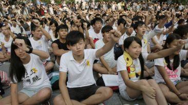 Más de 10 mil jóvenes marchan por la democracia en Hong Kong