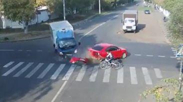 Impresionante choque entre un ciclista, un camión y un auto