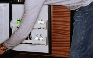 Cuidado con los cargos: Hotel cobra $50 por usar el minibar