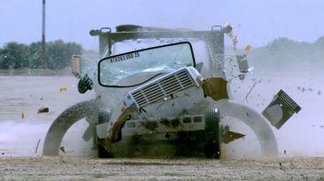 VIDEO: Crean barrera para destruir camiones con explosivos