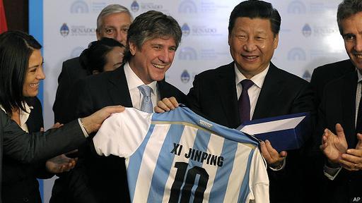 Durante una reciente visita a Argentina, el vicepresidente Amado Boudou le regaló una camisa del 10 de la selección argentina de fútbol con su nombre.