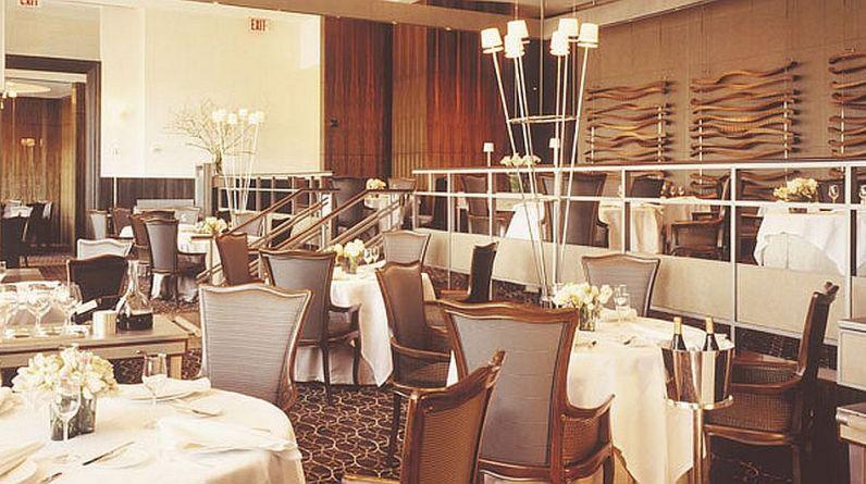 Solo seis restaurantes en Nueva York poseen tres estrellas Michelin, la máxima calificación que la prestigiosa guía de viajes da una vez al año y que reveló hoy. Per Se, la propuesta del chef Thomas Keller, ofrece dos menús de 9 platos a US$310 cada uno. Los fines de semana tiene menús de cinco, siete y nueve platos por US$205, US$245 y US$310, respectivamente. (Fuente: www.greatrestaurantsnewyorkcity.com)